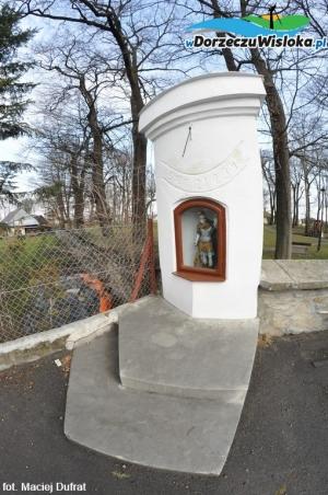 Kapliczka z zegarem słonecznym w Besku